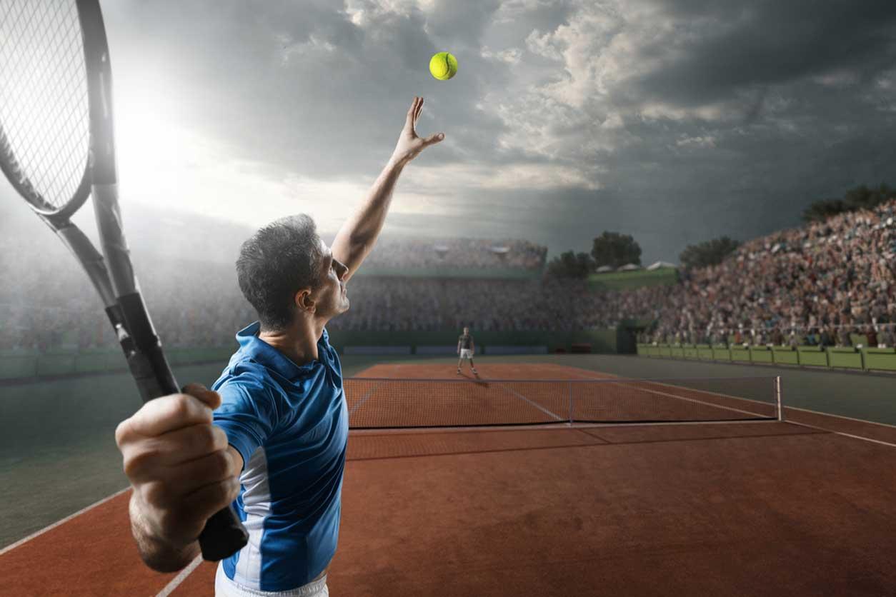 Tennisspieler beim Aufschlag bei einem Match