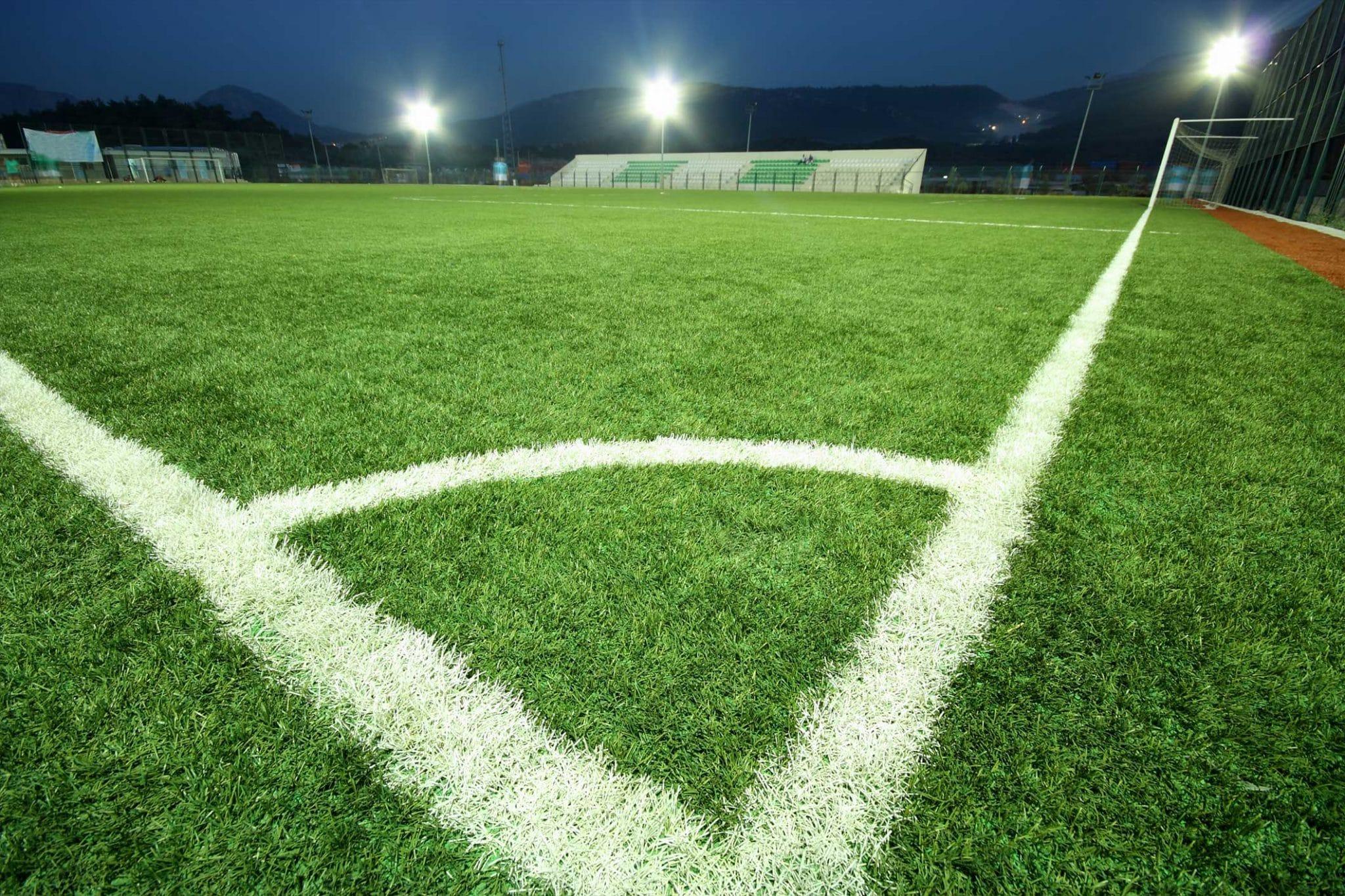 Fußballplatz-Beleuchtung Foto von unten