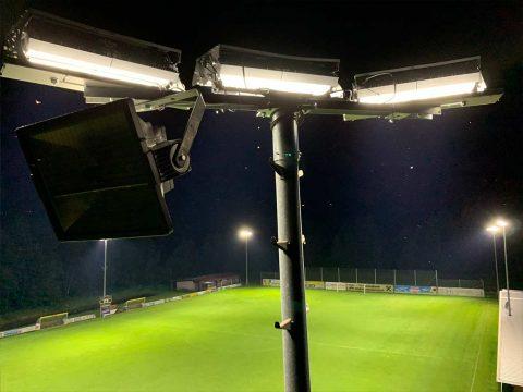 Flutlichtstrahler am Fußballplatz
