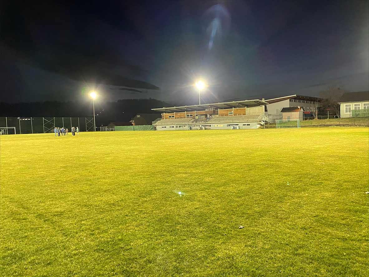 Fußballplatz mit Flutlichtstrahlern